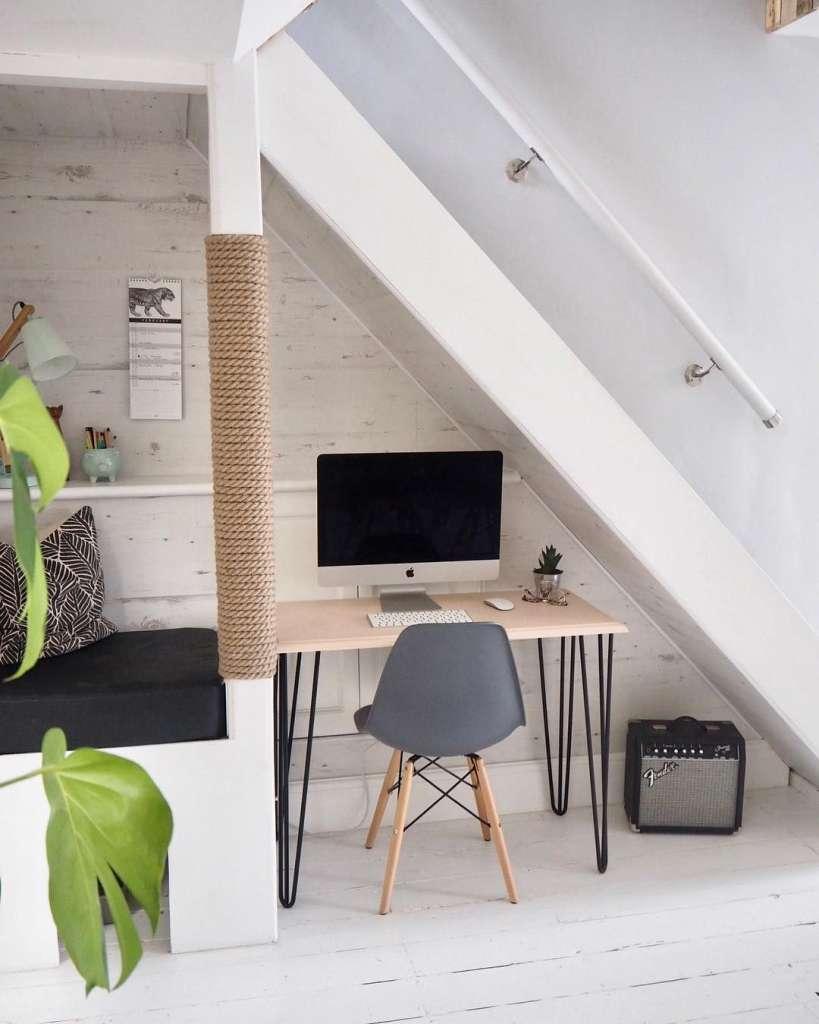 γραφείο κάτω από τη σκάλα